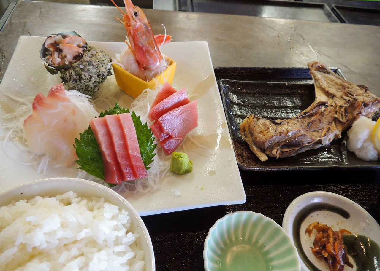 取材日の「市場の日替わり刺し身&焼き魚定食」 写真=筆者提供