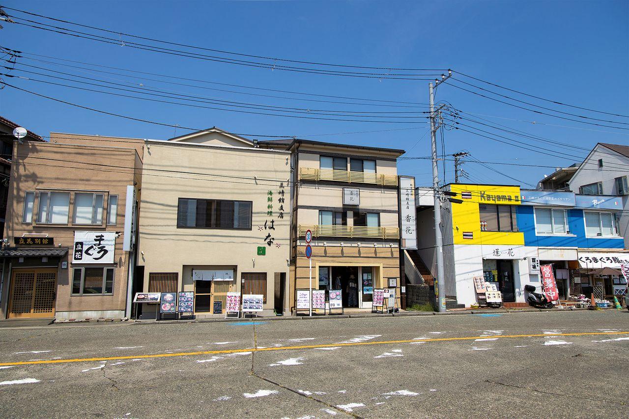 三崎の町には、マグロを扱う料理店がひしめいている。中央が三崎館支店「香花(きょうか)」