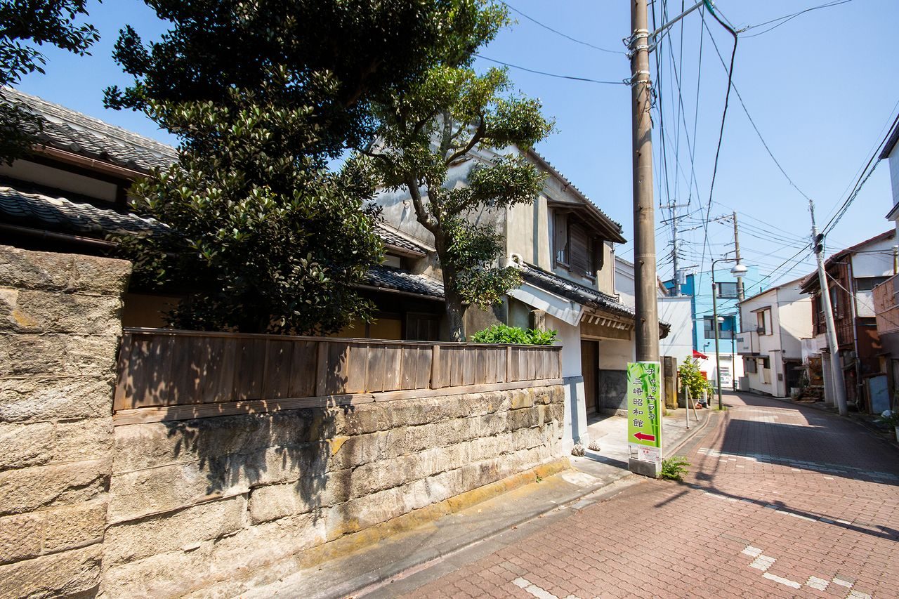 郷土芸能「チャッキラコ」の資料を展示する「三崎昭和館」と、懐かしい雰囲気の町並み