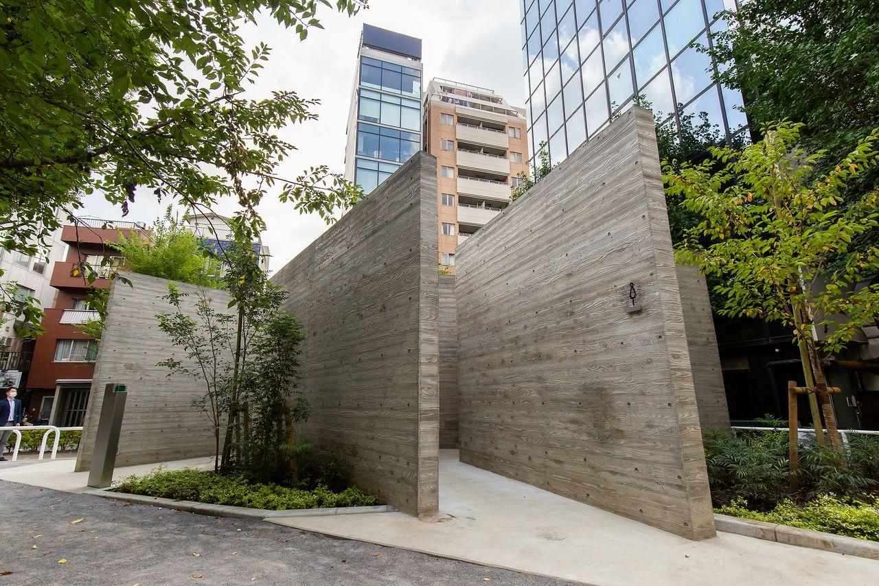 無機質なコンクリートウォールを複雑に組み合わせ、プリミティブな美しさを生み出した