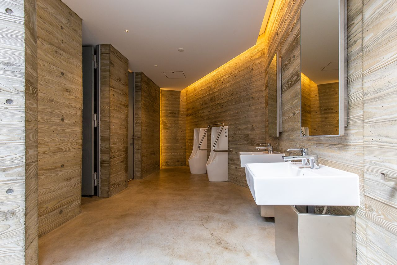 広々とした男子トイレ。公衆トイレとは思えない洗練された空間だ