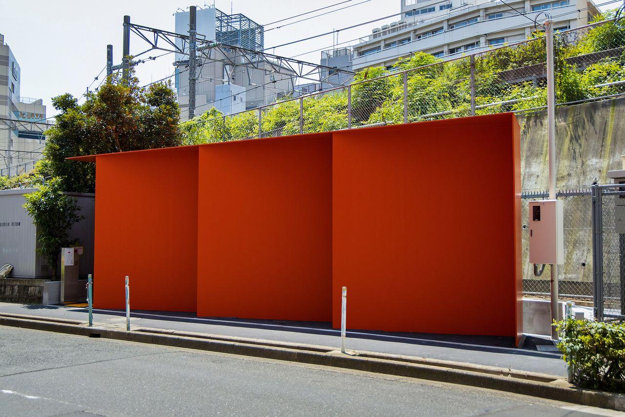渋谷側から眺めると、面が織りなす折り紙風オブジェのよう