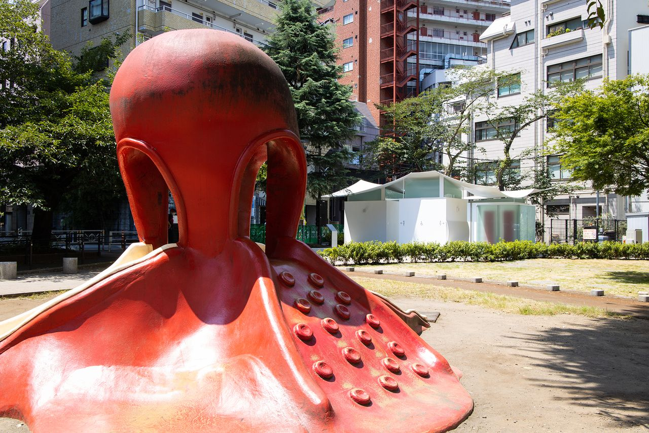 公園のシンボル「タコの滑り台」と「イカのトイレ」が共演