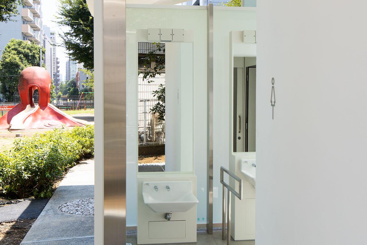 子どもや車いす利用者でも使いやすいように、高さの違う洗面台が並ぶ