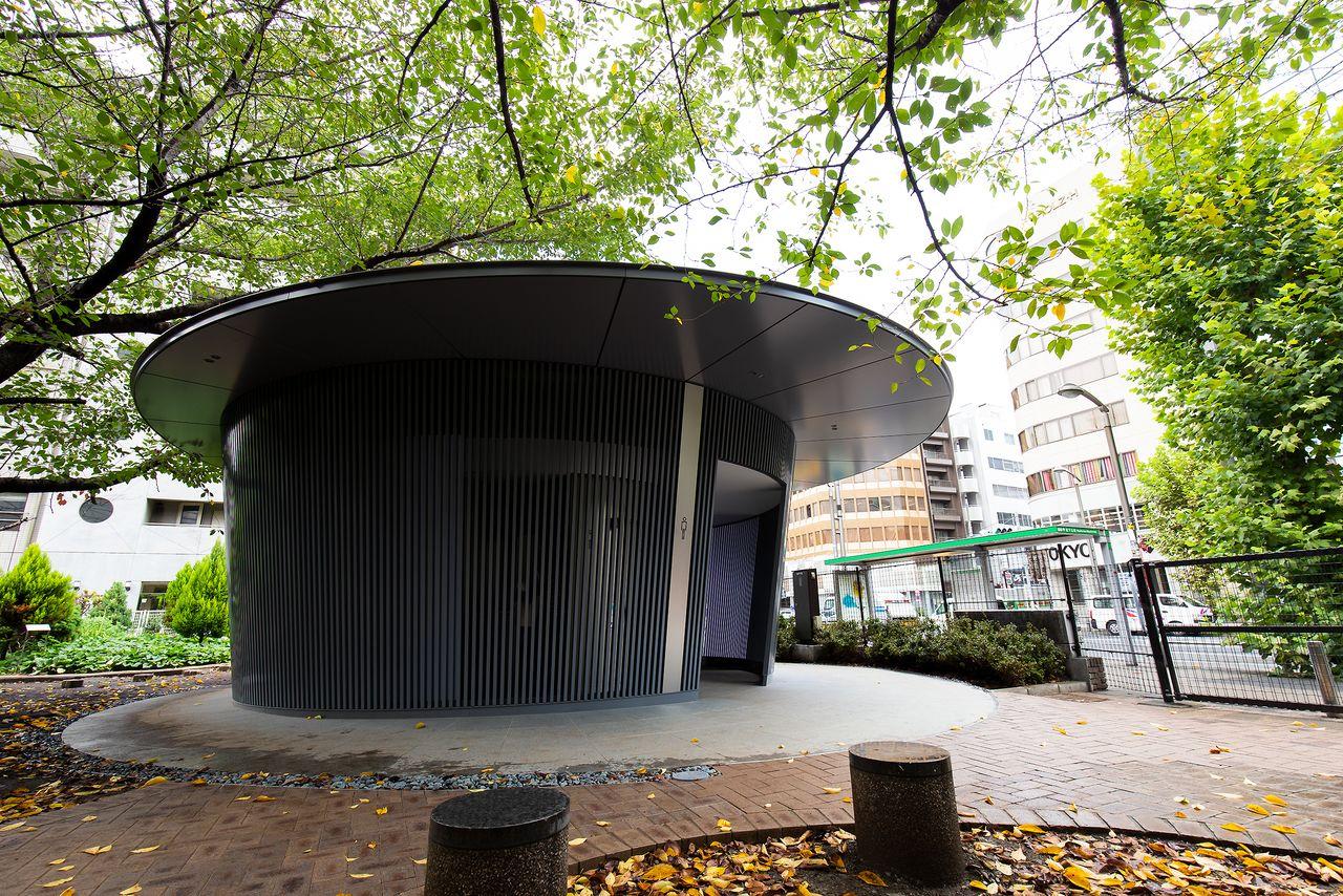 突き出した屋根庇によって、縁側のような公共空間が創出される