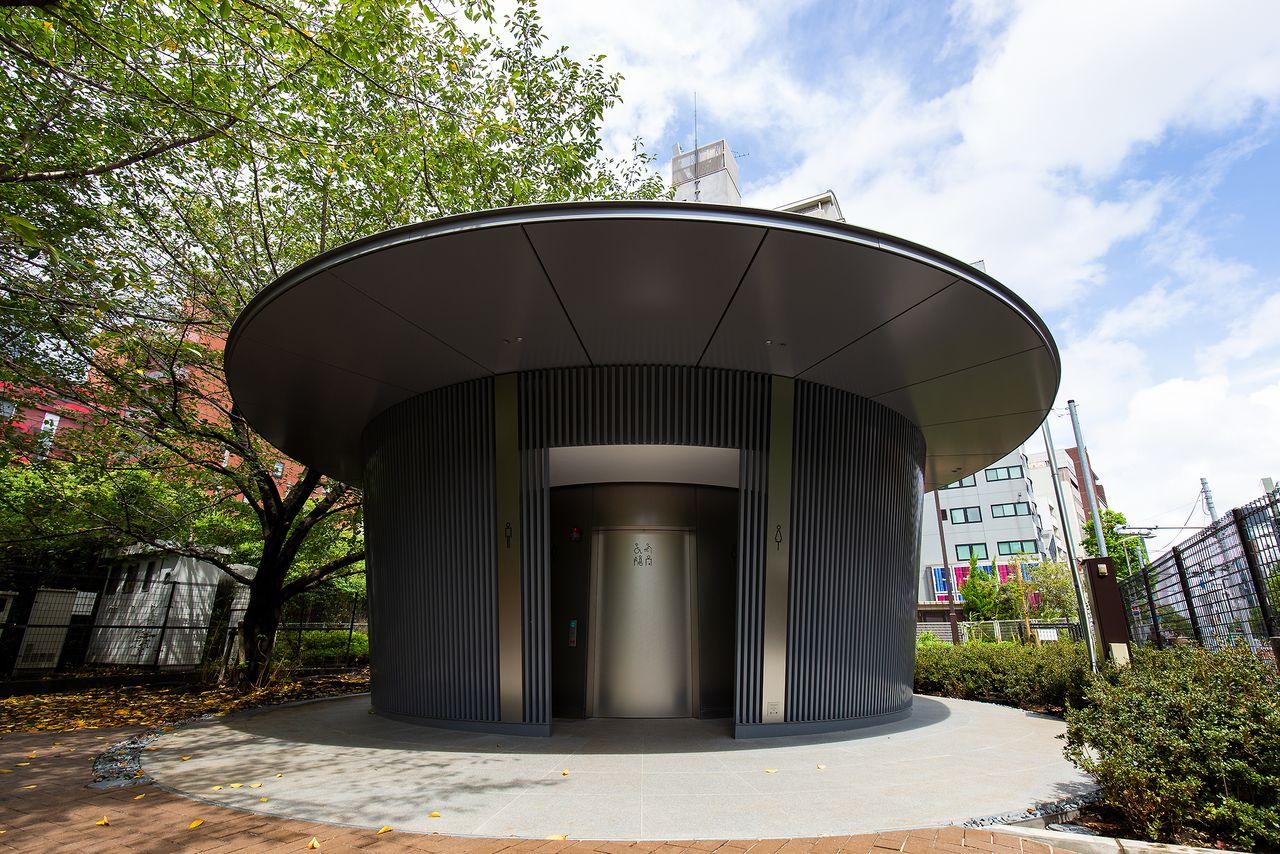 渋谷側の入り口正面。庇の大きさが印象的な重厚なデザイン