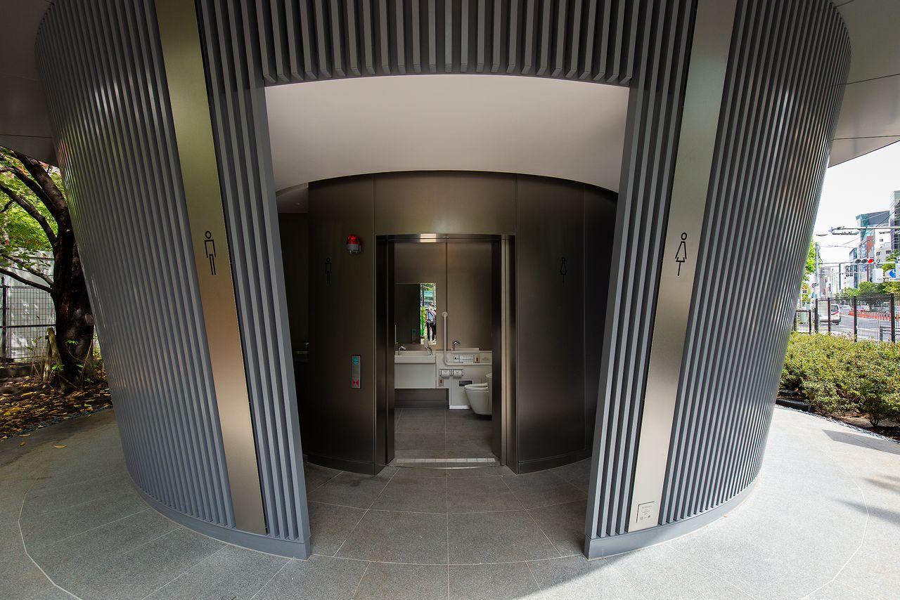 入り口中央に誰でもトイレが配置され、右側が女子トイレ、左側が男子トイレの通路となる