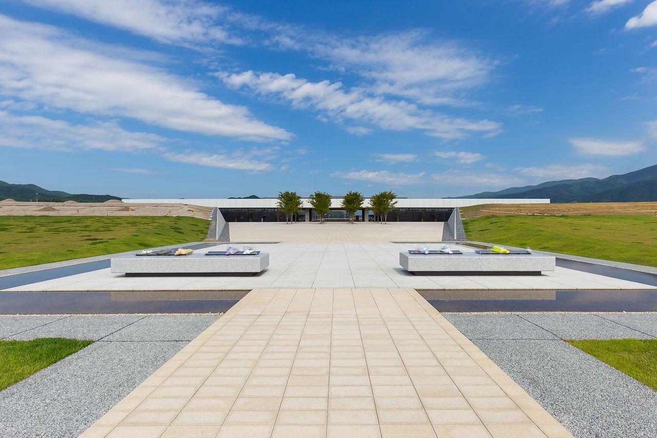 海側の追悼の広場にも献花台が置かれている