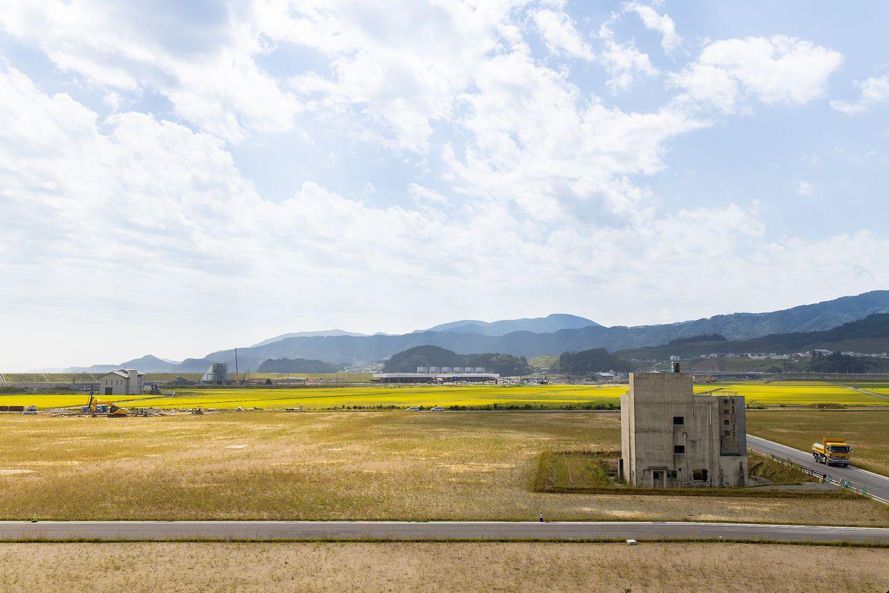 高台から伝承館(中央)を望む。左の三角の建物が「高田松原タピック45」