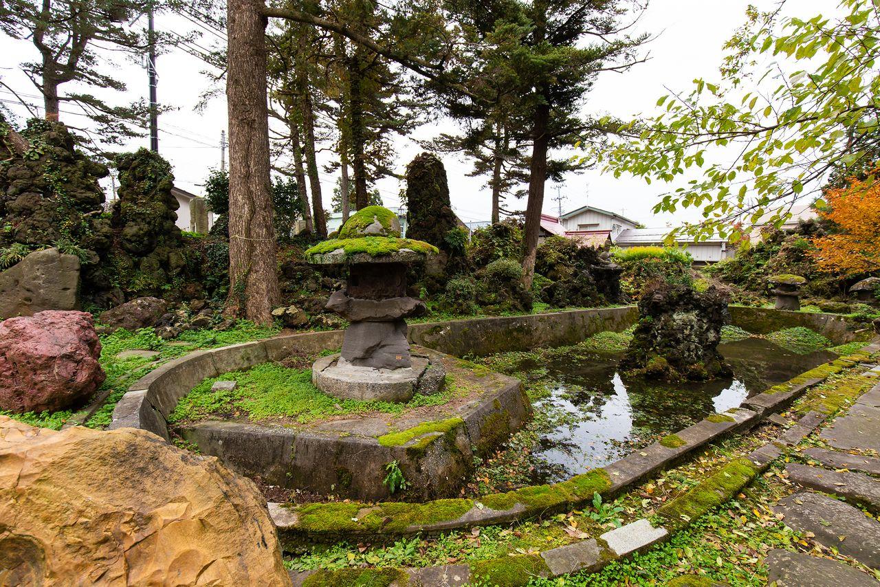 休日のみ入場可能な庭園は、仁太郎の独創的な美学があふれている。石像の中には自身で作ったものもあるそうだ