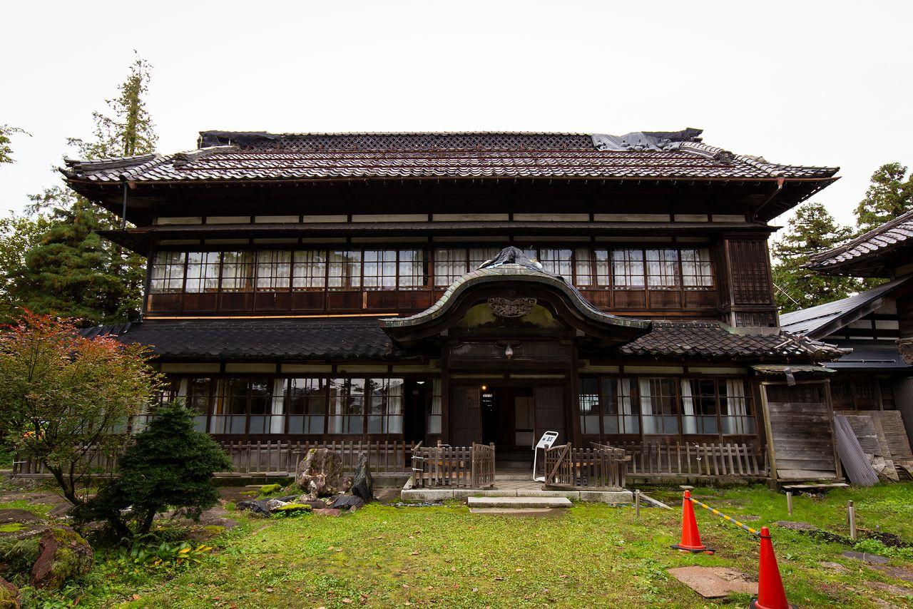 庭園に面した離れ座敷は、唐破風屋根の玄関が特徴的。屋根の両脇にはしゃちほこが乗っていたが、現在は耐震の問題で外してある