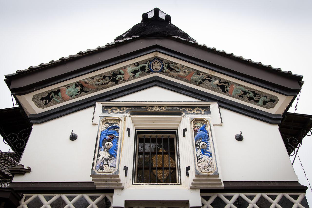 土蔵東側の鏝絵は、龍と鳳凰(ほうおう)、麒麟(きりん)、玄武。作者は近所に住んでいた左官職人・河上伊吉で、仁太郎の美意識に共感した大親友だったという