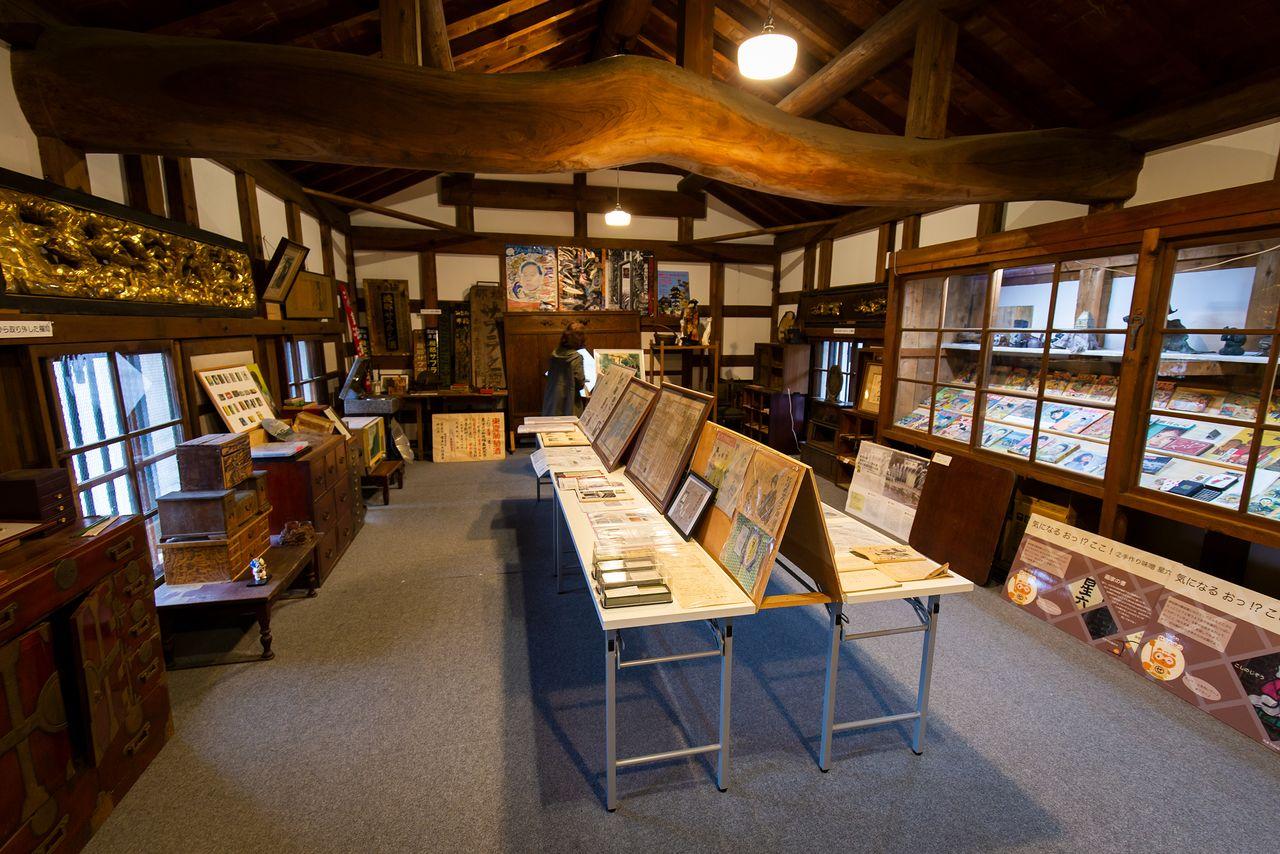 土蔵の内部は展示スペースになっている。古い看板や広告などに加え、建物内から発見された調度品なども並ぶ