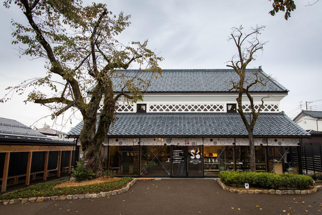 摂田屋の観光拠点となる「米蔵」。左の通路の奥には、市営摂田屋駐車場が隣接する