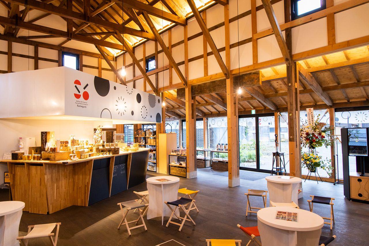 内部には摂田屋観光案内所の他、地元食材が味わえる「おむすびカフェ」や発酵について楽しく学べるラボなどがある