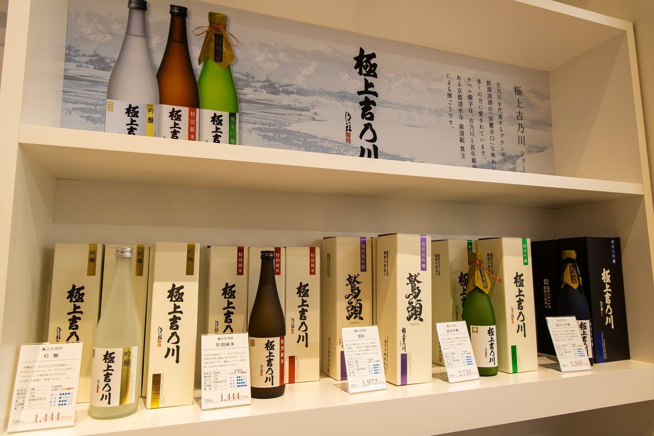 吉乃川を代表するブランド「極上吉乃川」。売店では、醸造限定販売の酒や地元企業とのコラボ商品も取り扱っている