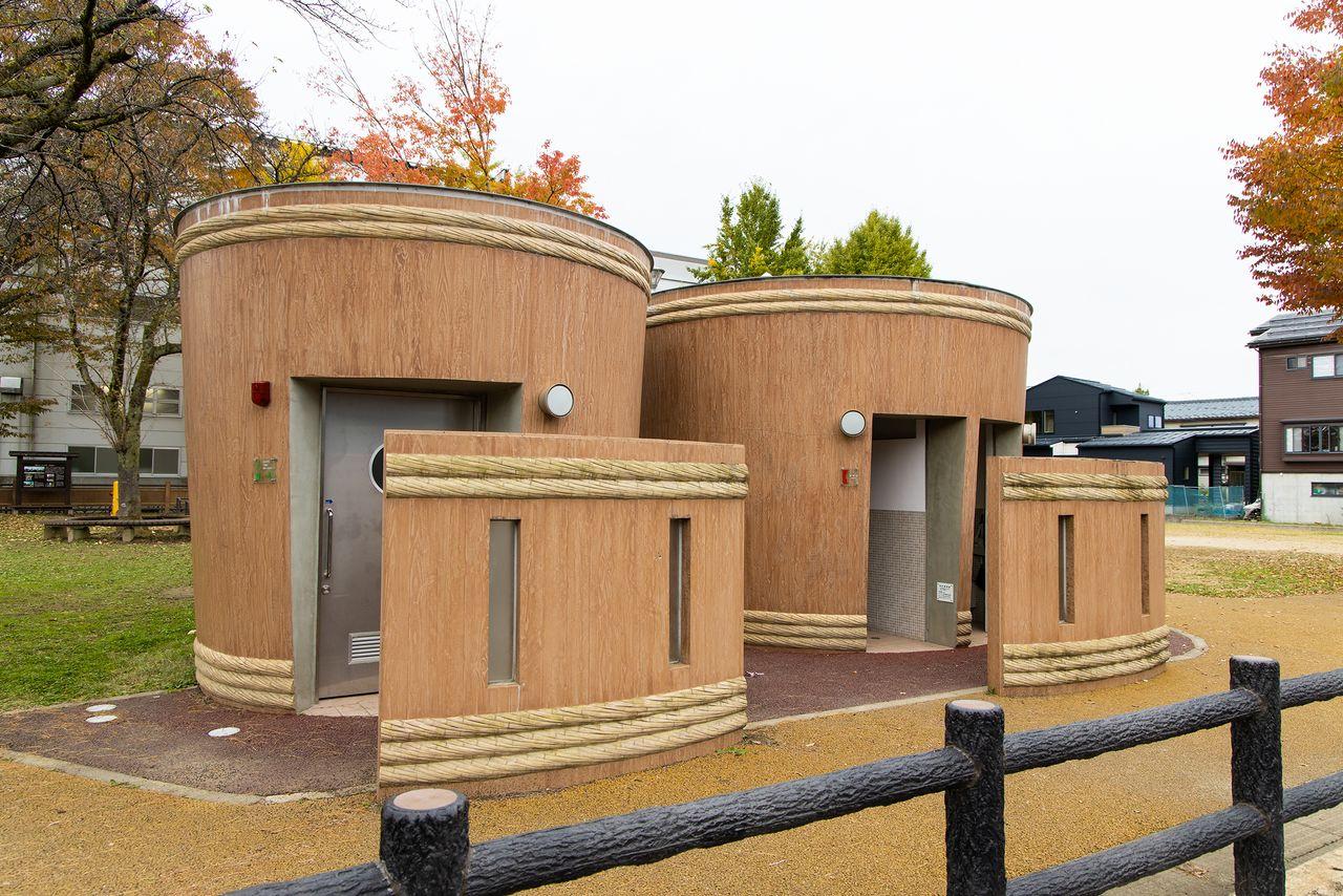 摂田屋公園の「桶のトイレ」。公園内には摂田屋の歴史などを解説する案内板もある