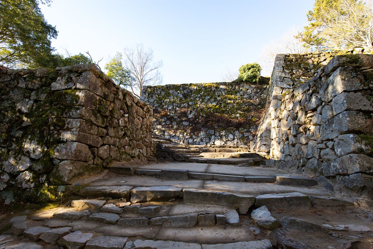 『真田丸』のオープニングでは、CG画像で使用された大手門跡。敵が真っすぐ侵攻できないように、石段は曲がりくねっている