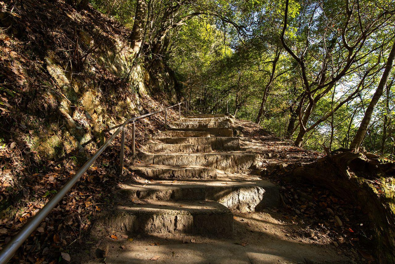 現在の遊歩道でも登るのには一苦労。臥牛山8合目の「ふいご峠」駐車場からでも、700メートルの道のりに約20分かかる
