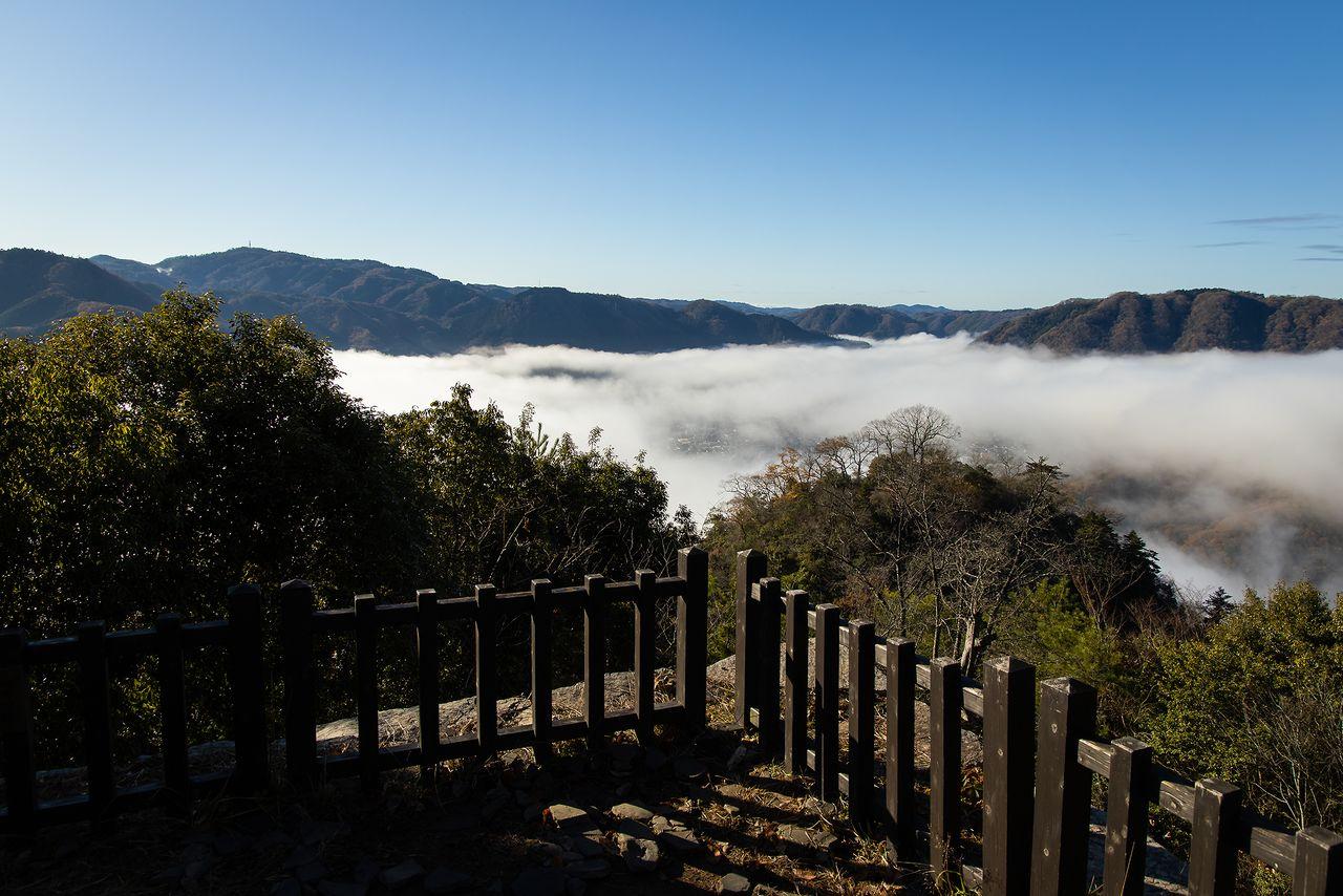中太鼓櫓(やぐら)跡から、雲海越しに高梁市街を望む。ふいご峠近くには下太鼓櫓跡がある
