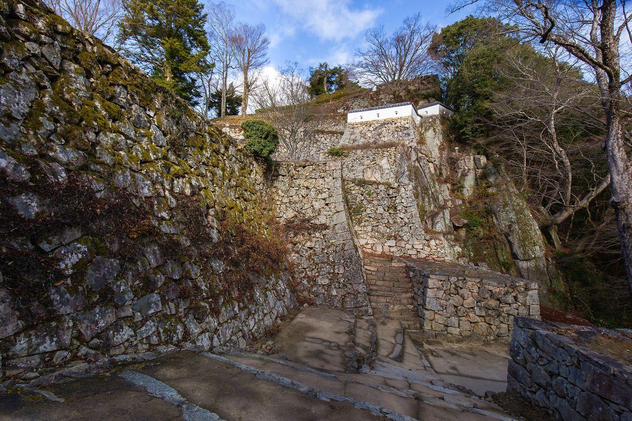 天然の岩壁と組み合わせた、大手門跡付近の美しく強固な石垣