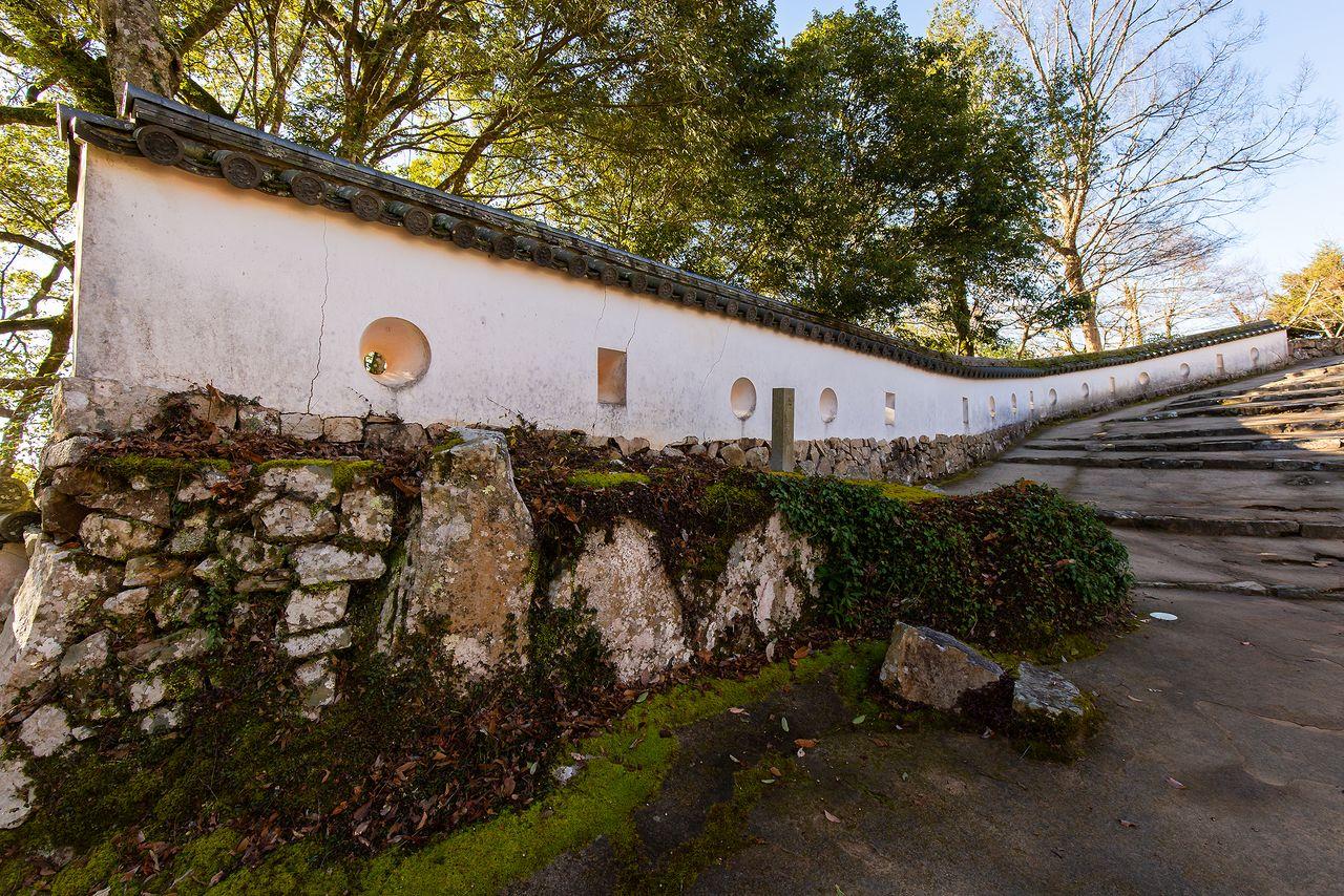 国の重要文化財に指定される「三の平櫓東土塀」。手前の水平な部分は江戸時代のもので、修復時に石段に沿って延長した