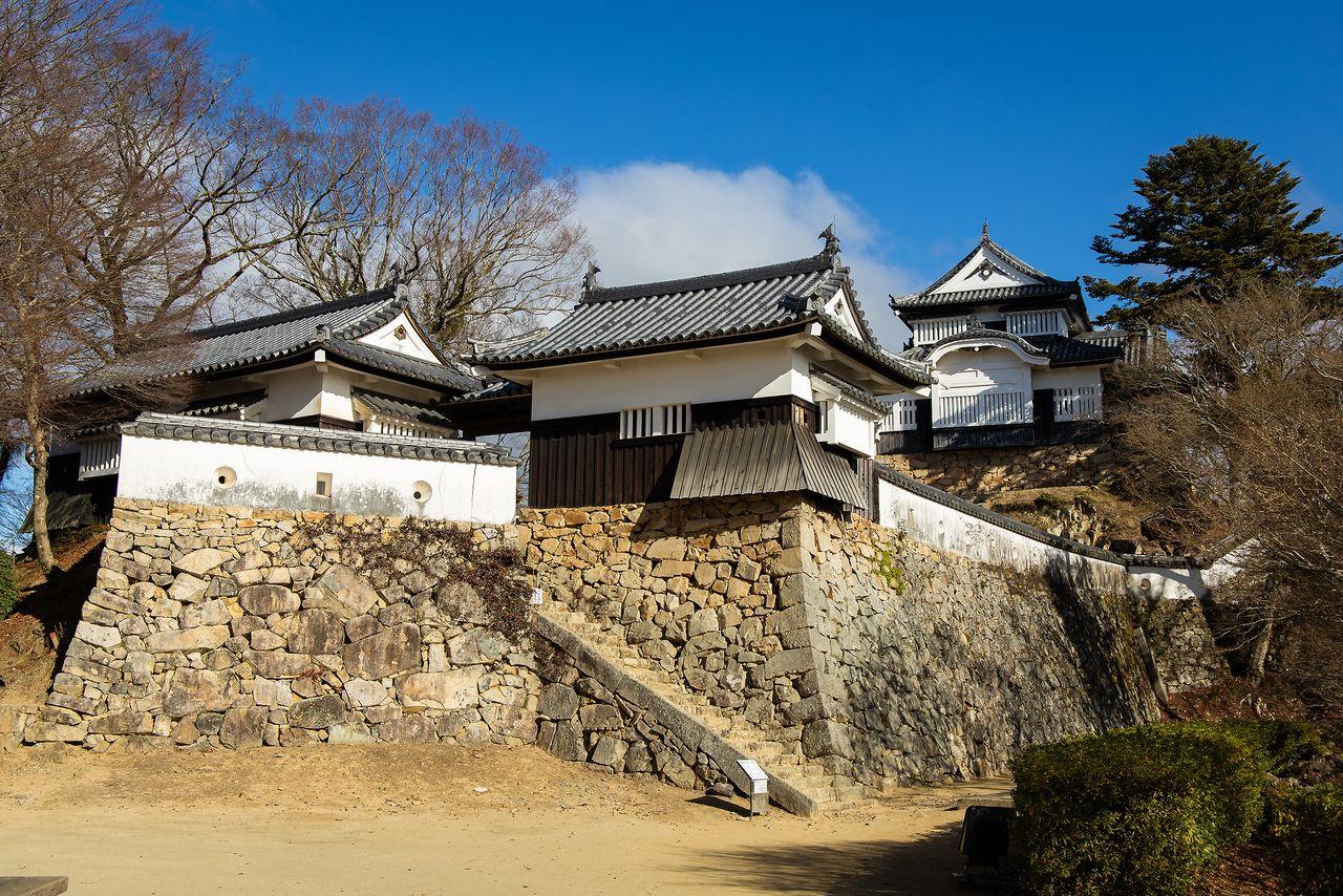 二の丸から見上げた本丸。天守手前の五の平櫓(中央)と六の平櫓(左)は1997年に再建された