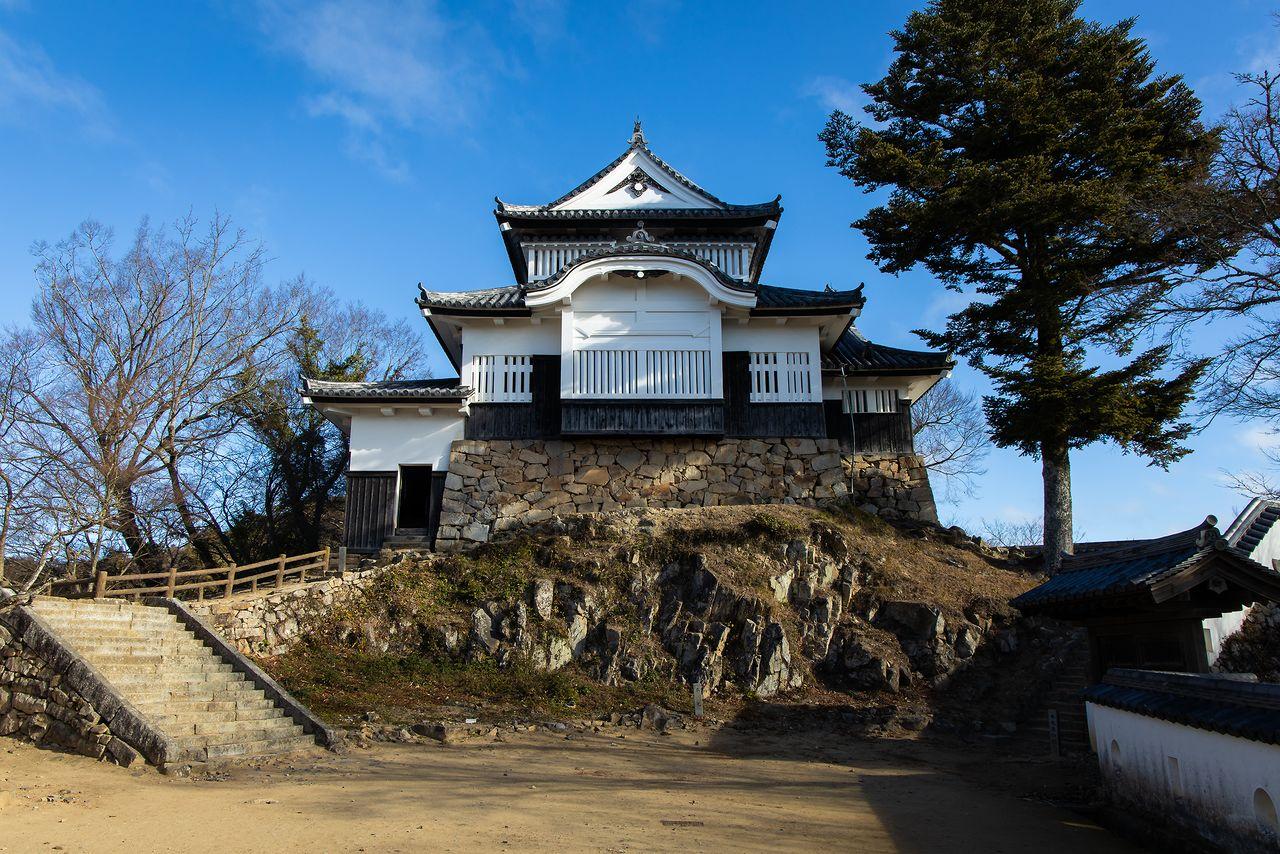 岩石の上に築かれた威厳ある天守(国の重要文化財)。一時は崩壊の危機にあったとは信じられない