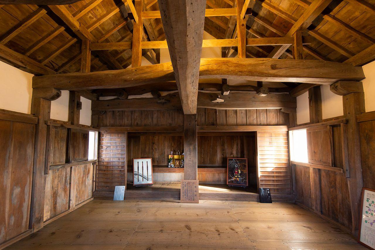 天守内部は展示スペースとなっている。2階奥には神棚「御社壇」が置かれ、1階に囲炉裏があるのが珍しい