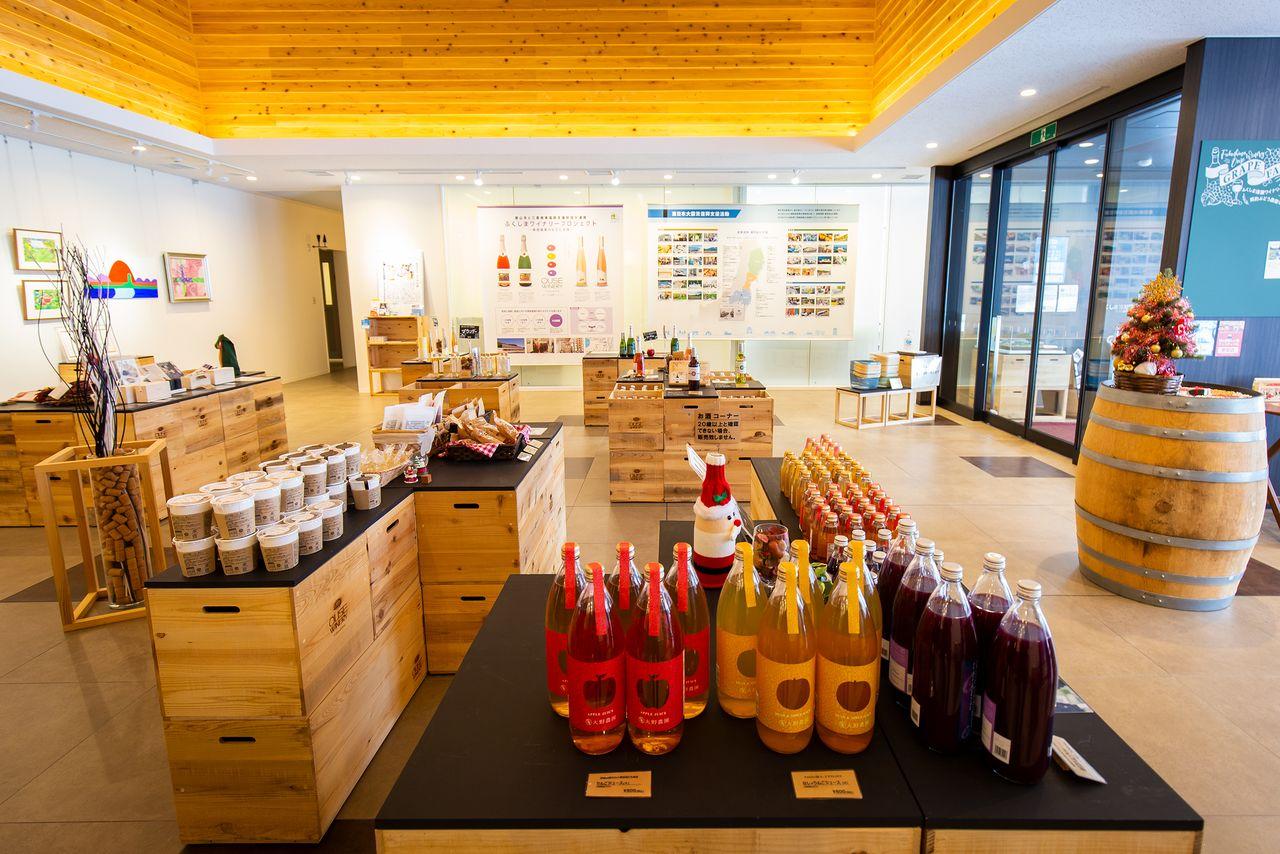 館内のショップは、試飲コーナーも併設。ソフトドリンクもあるので、車での訪問でも福島産フルーツの美味が楽しめる