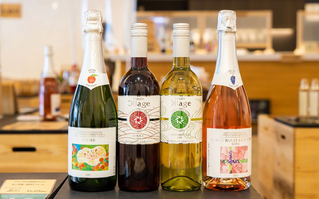 中央の2本が「Vin de Ollage 2019」の赤と白。右は会津若松産ブドウで造るロゼのスパークリングワイン「MUSCAT BAILEY A & STEUBEN ROSE 2020」で、左は「CIDRE 2017」