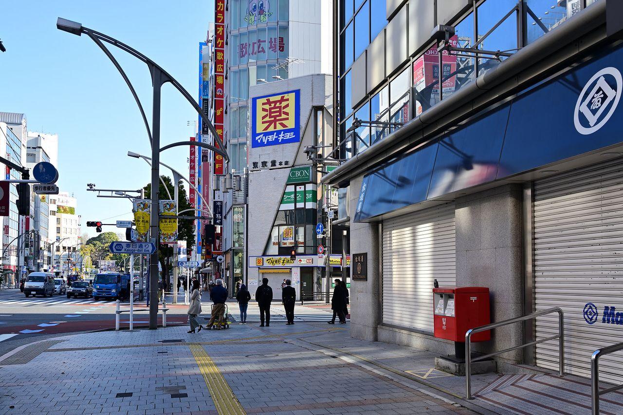 2021年春に撮影した上野広小路交差点の風景。作品の撮影時にはローマ字のロゴだった松坂屋の軒が、伝統の「いとうまる」に変わっていた