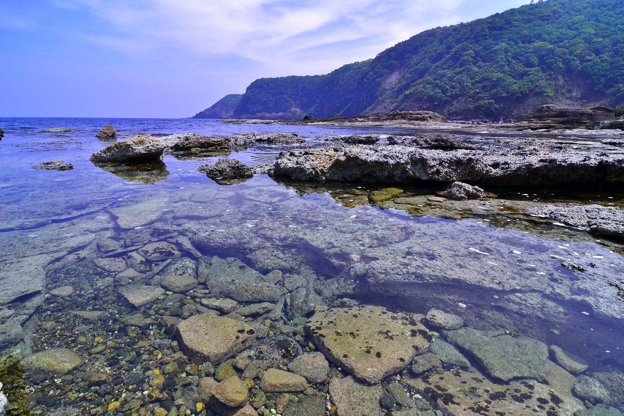 色とりどりの玉石が散らばる五色浜 写真:PIXTA