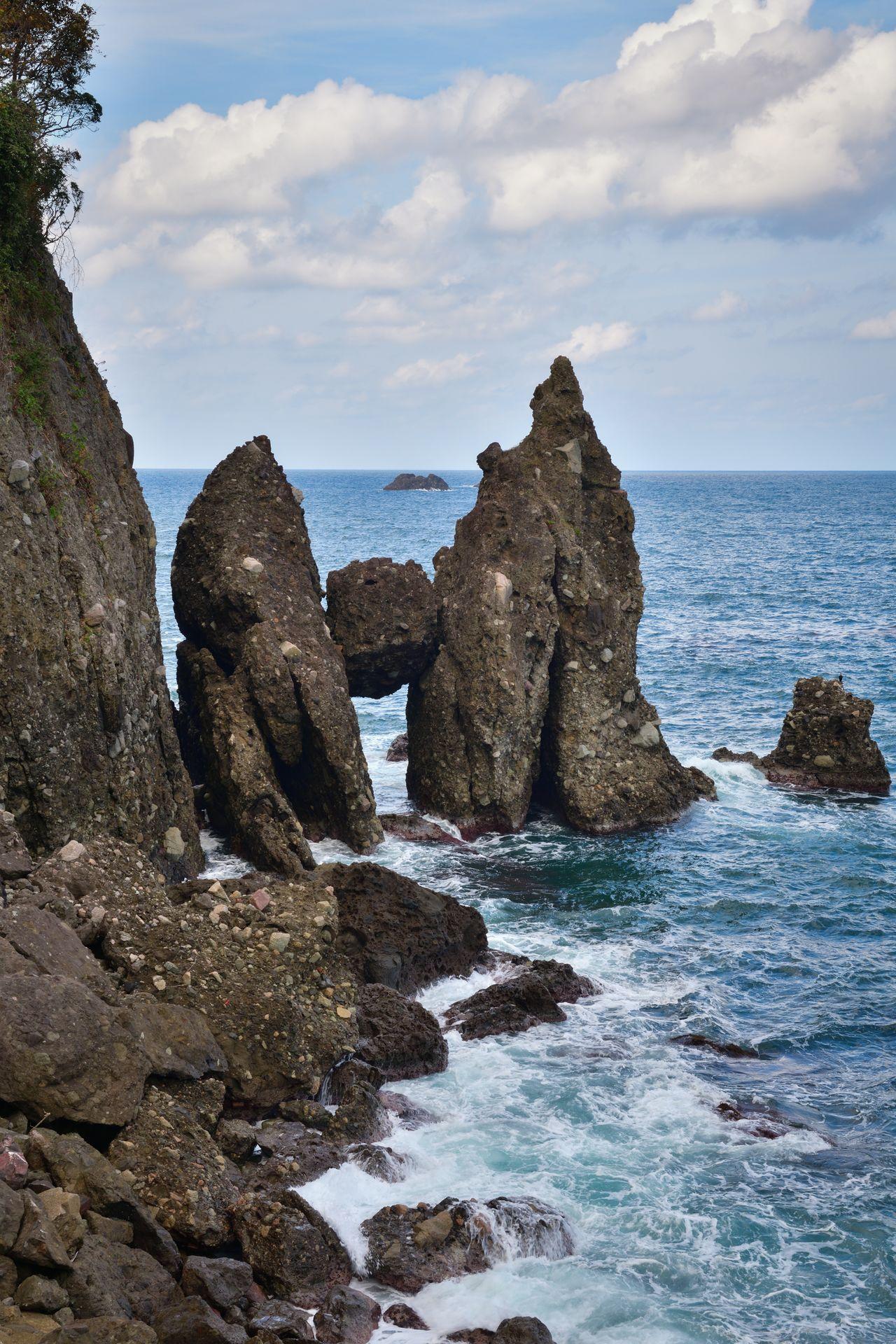 洞の天井部が崩れて挟まったという切浜のはさかり岩 写真提供:ひょうご観光本部