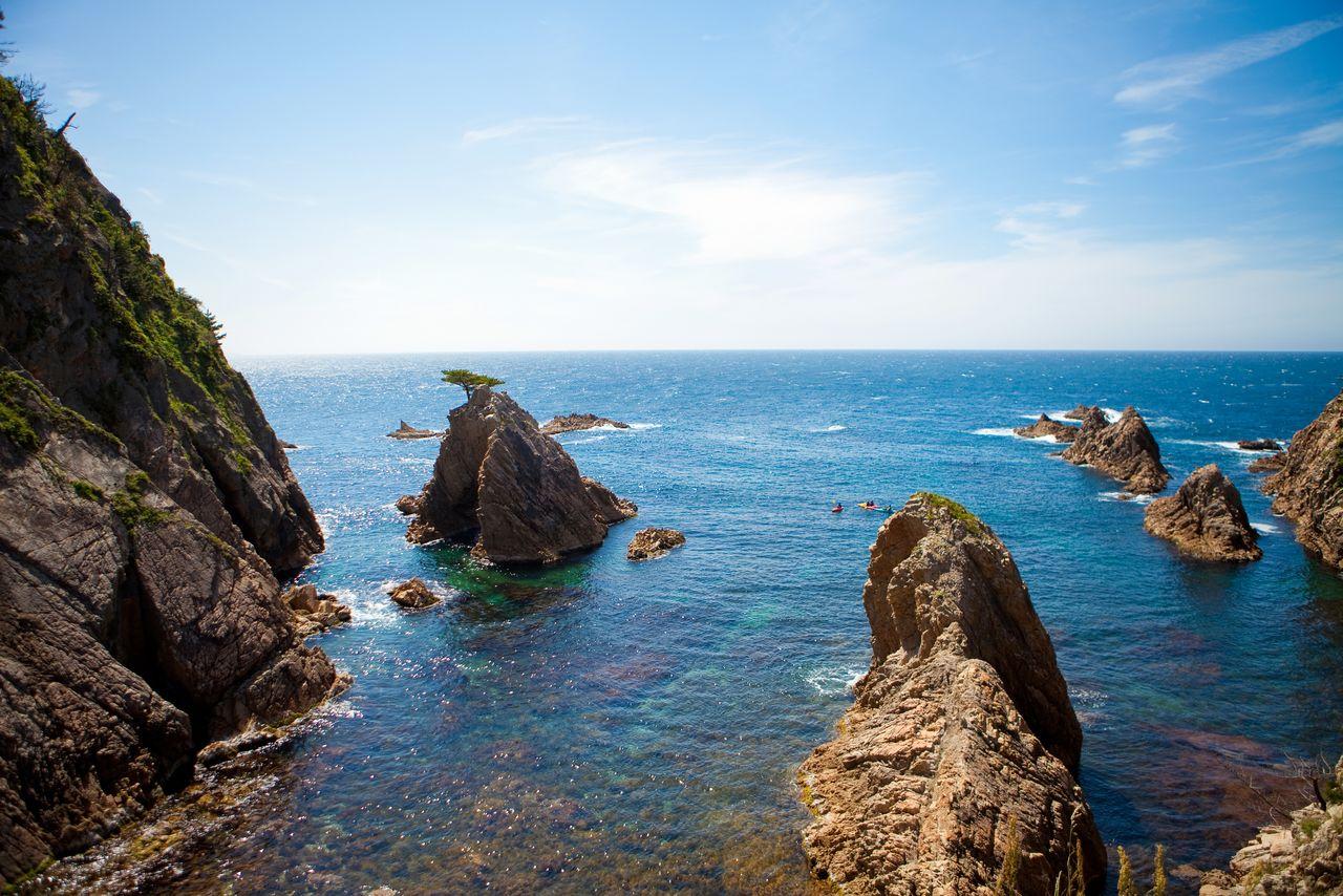 中央左が浦富海岸の千貫松島。鳥取藩2代目藩主・池田綱清が「わが庭にこの岩つきの松を移すことのできた者には銀千貫を与える」とたたえたという 写真提供:鳥取県