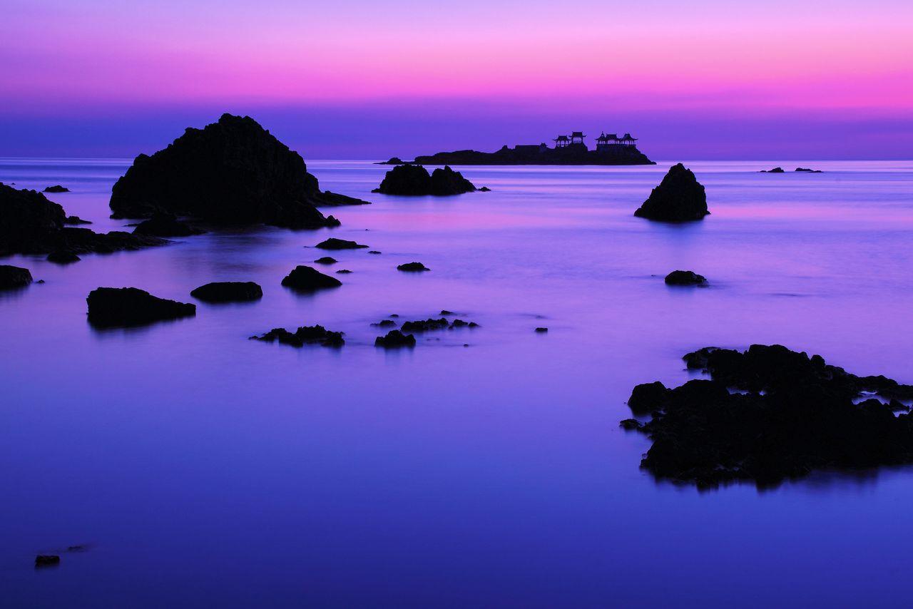 日和山海岸の断崖から岩礁を見下ろす。奥に浮かぶあずまやが建つ島は、浦島太郎が玉手箱を開けた場所と伝わる無人島「後ヶ島(のちがしま)」 写真提供:ひょうご観光本部