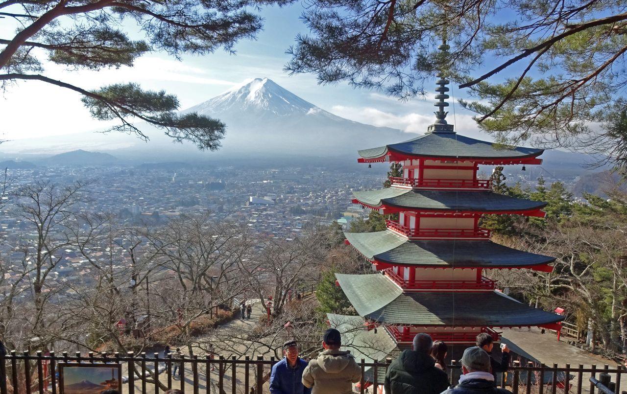 富士山と五重塔をバックに記念撮影する外国人観光客(筆者撮影)