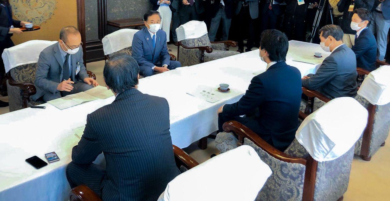 協議する松尾崇・鎌倉市長(手前中央)らと黒岩祐治・県知事