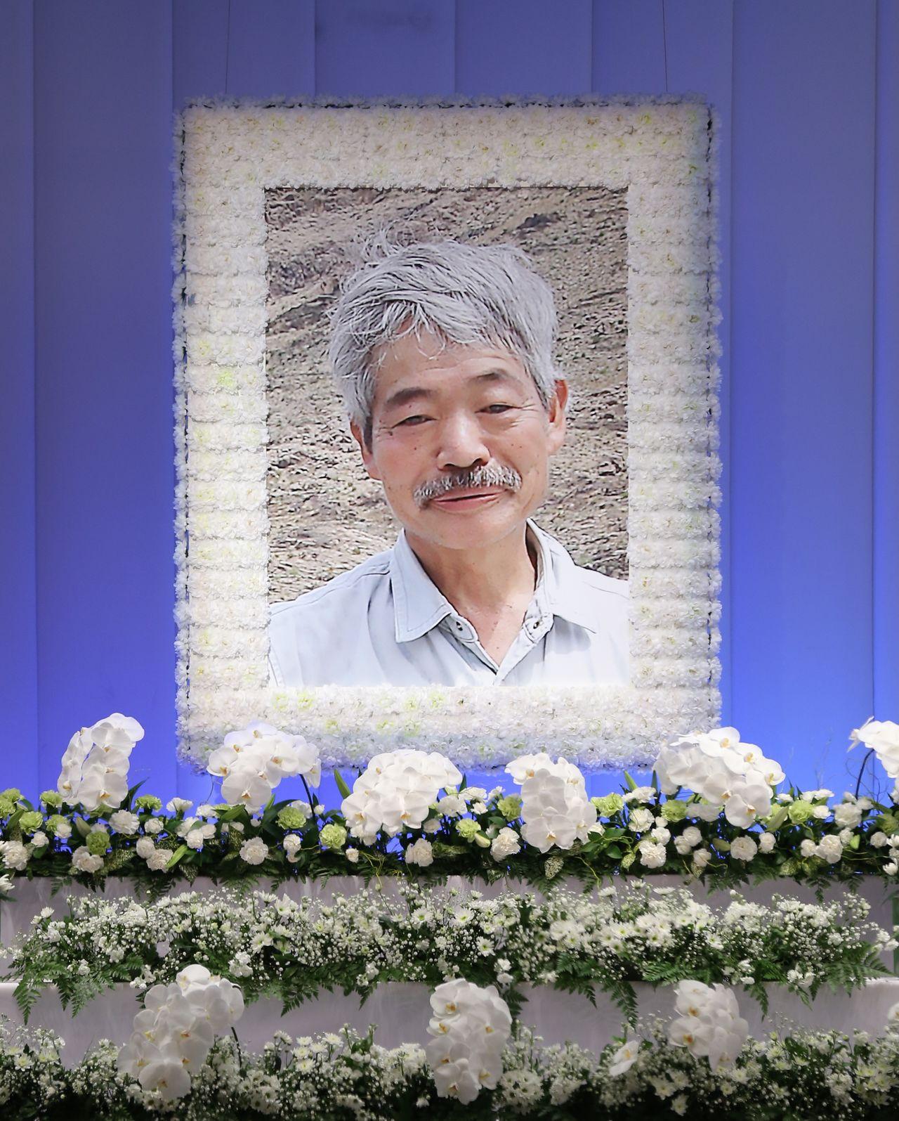 斎場に飾られた、アフガニスタンで殺害されたNGO「ペシャワール会」現地代表の医師中村哲さんの遺影=2019年12月11日、福岡(時事)