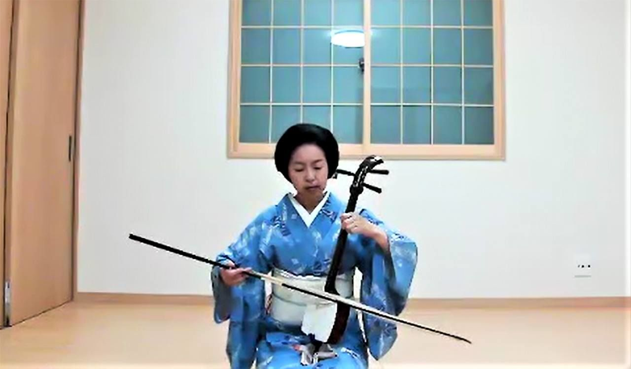 全国の花柳界でも胡弓奏者は珍しい。ゲストの出身国に合わせて洋楽も披露する