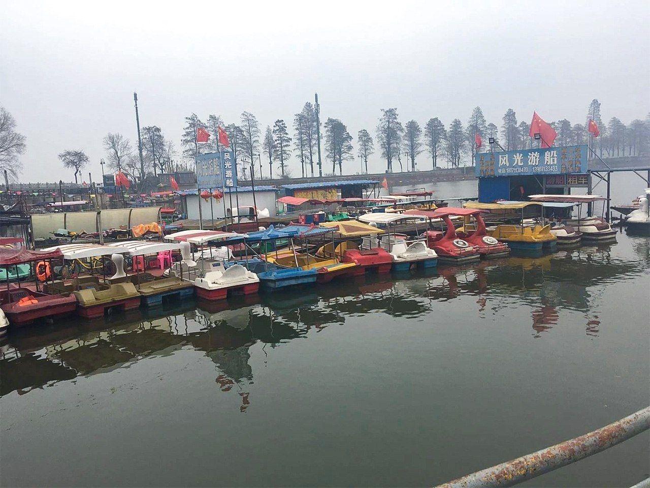 感染症の拡大がなければ、今ごろは遊覧船で水辺の景色を楽しむ観光客で賑わっていたかもしれない。封鎖前の時期に撮影