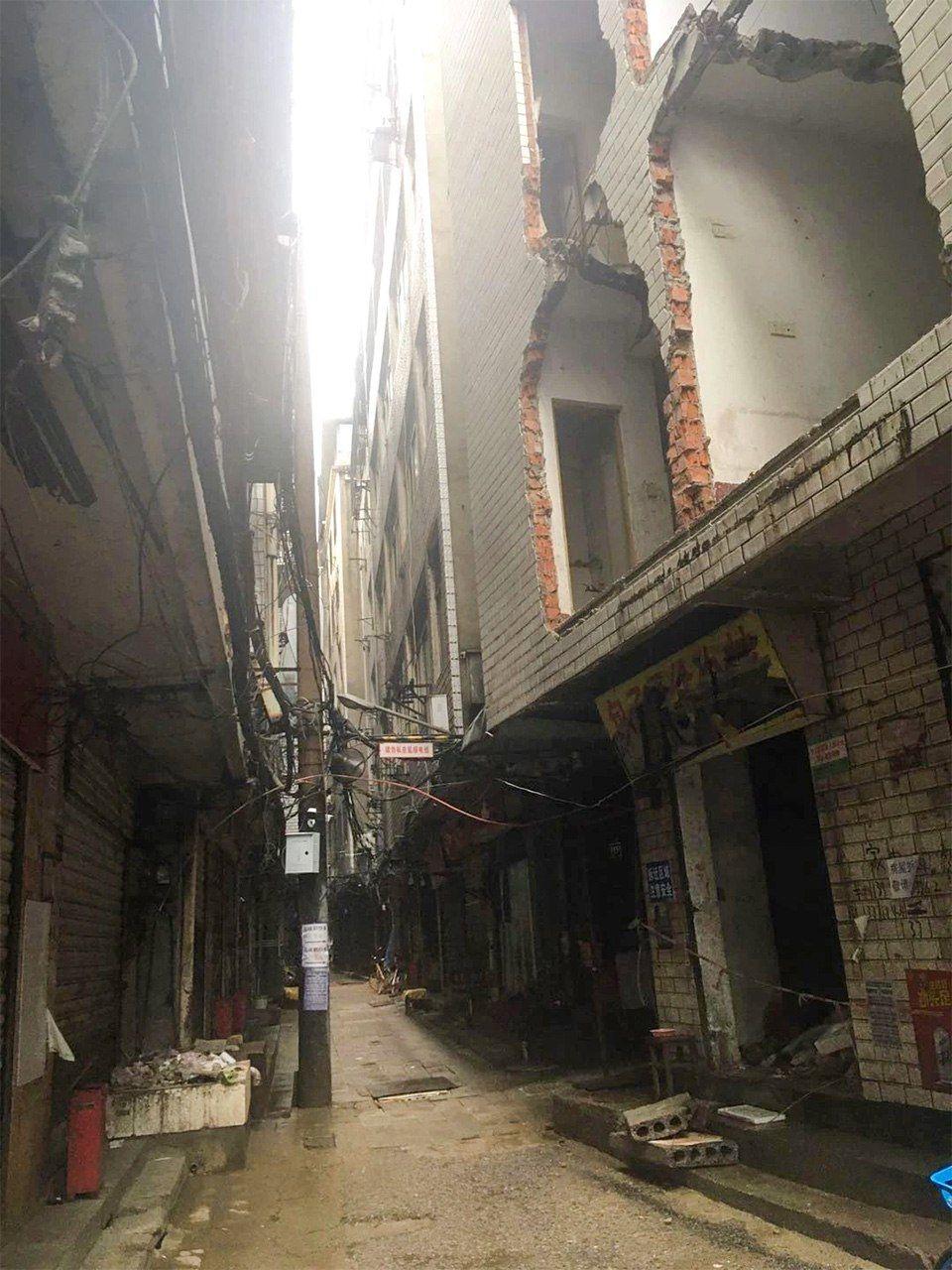 武漢大学東門近くの再開発エリアで打ち壊された住居。封鎖直前の時期に撮影