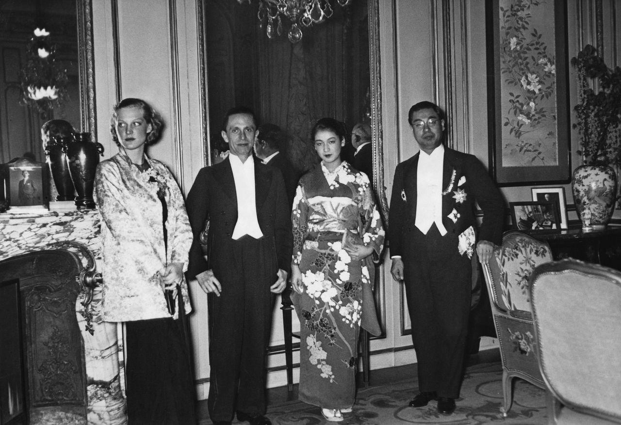 1937年1月、ベルリンの日本大使館。左から『新しき土』で共演したドイツ人女優のルート・エヴェラー、ゲッペルス宣伝相、原節子、武者小路公共(きんとも)大使(Ullstein bild/アフロ)