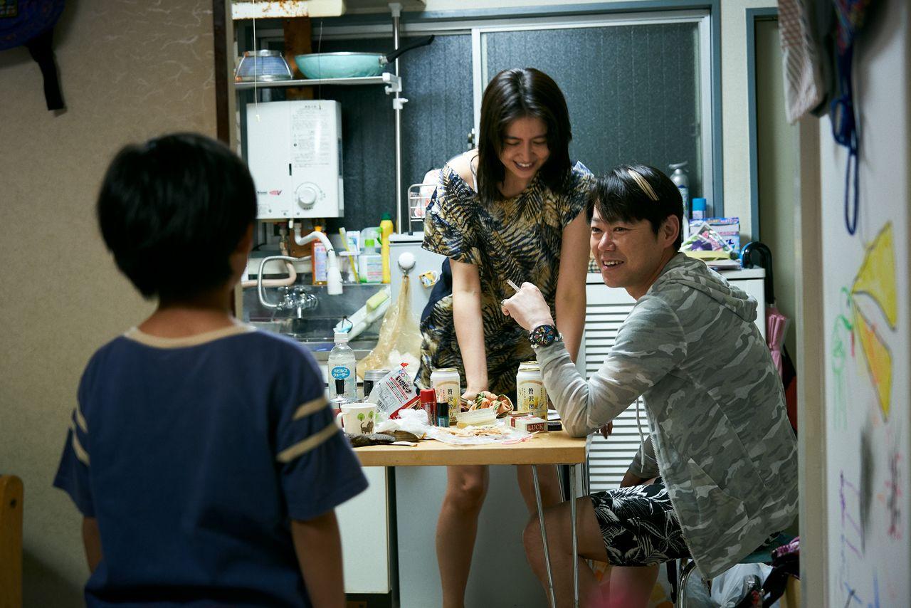 秋子と周平の暮らしに、ホスト・遼(阿部サダヲ)の登場で変化が生じる ©2020「MOTHER」製作委員会