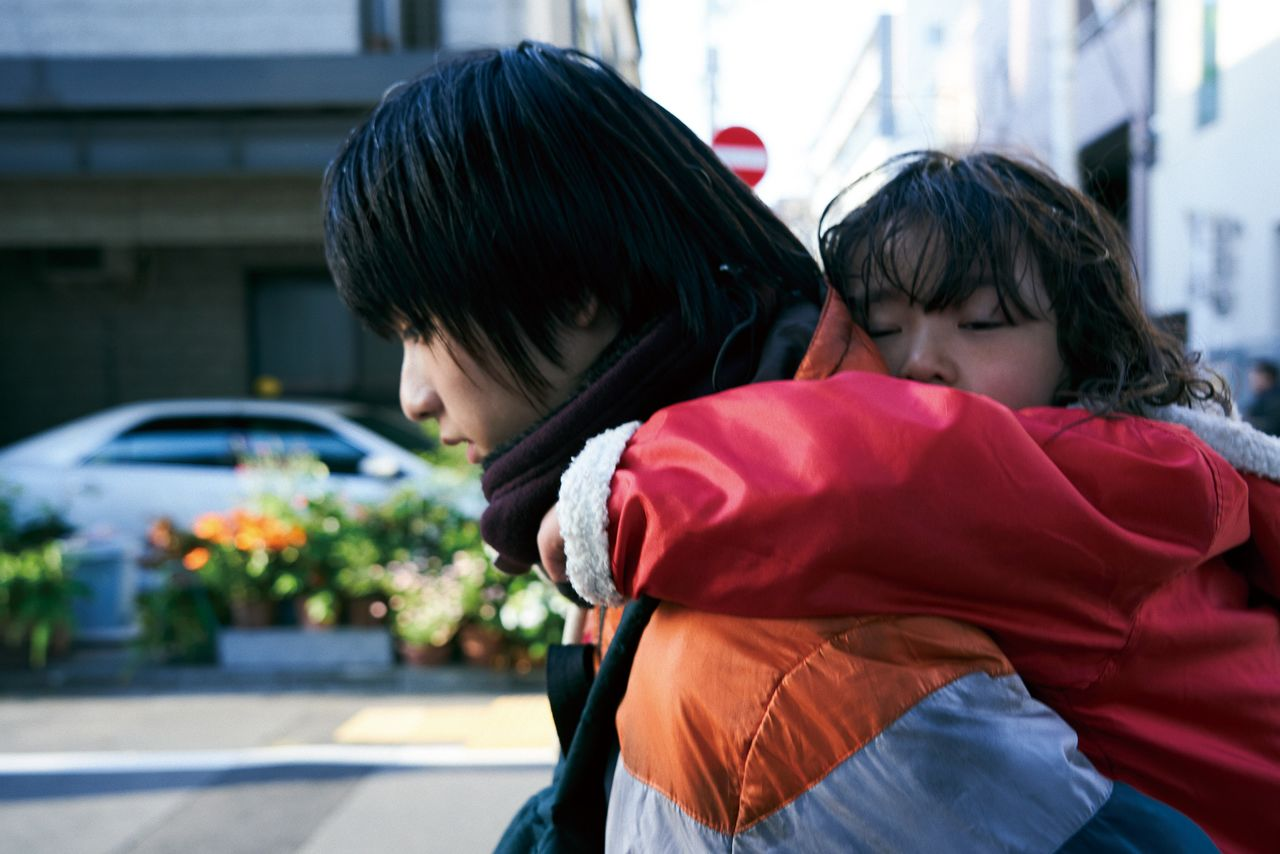 父親の違う幼い妹の世話をする周平 ©2020「MOTHER」製作委員会