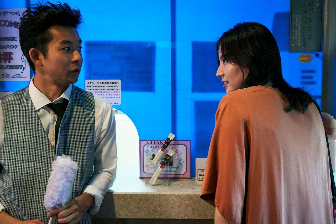 子連れでラブホテルに暮らす秋子。男たちはその妖しい魅力に引き寄せられる ©2020「MOTHER」製作委員会