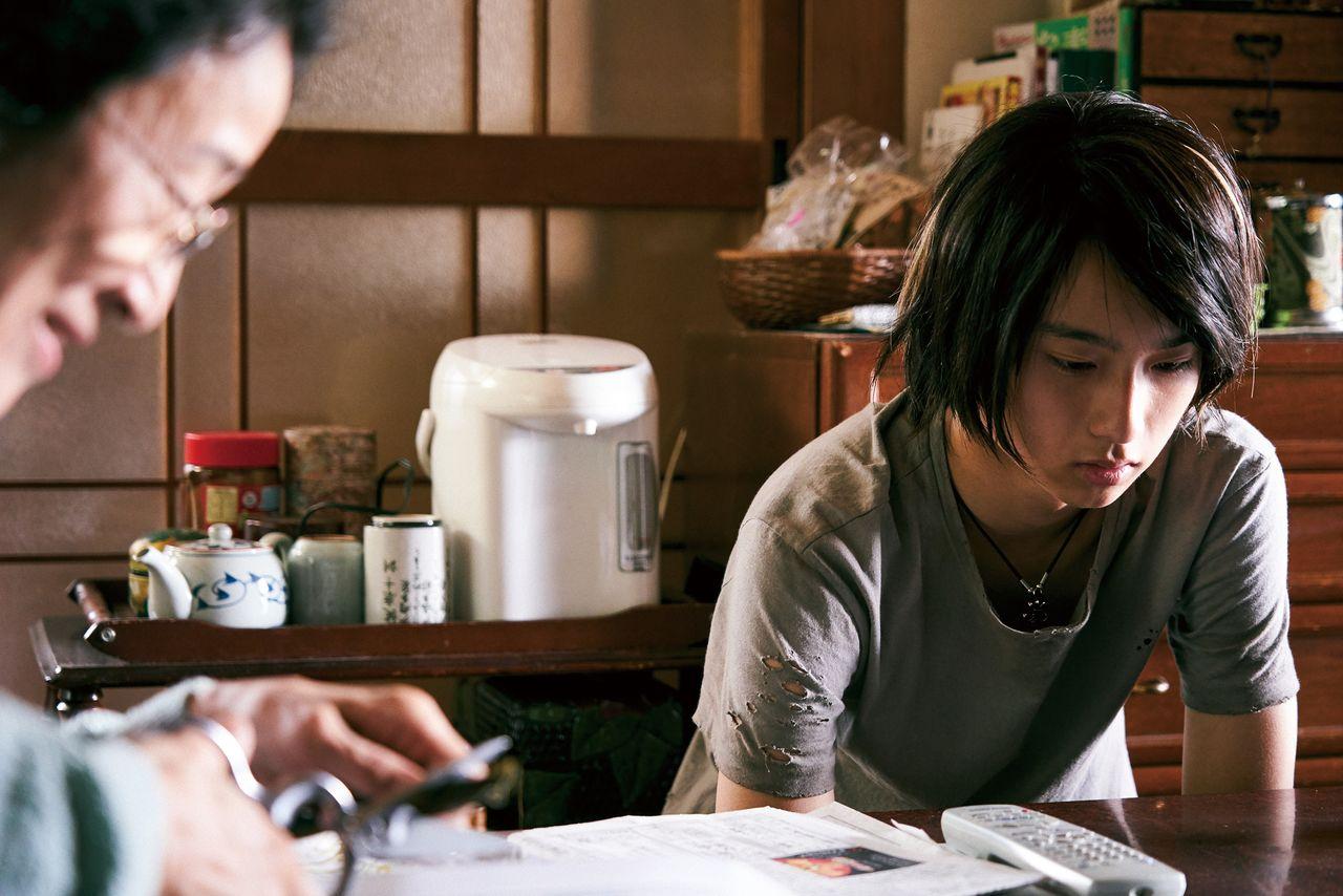 秋子の母(木野花)の元へたびたび金の無心の使いに出される周平 ©2020「MOTHER」製作委員会