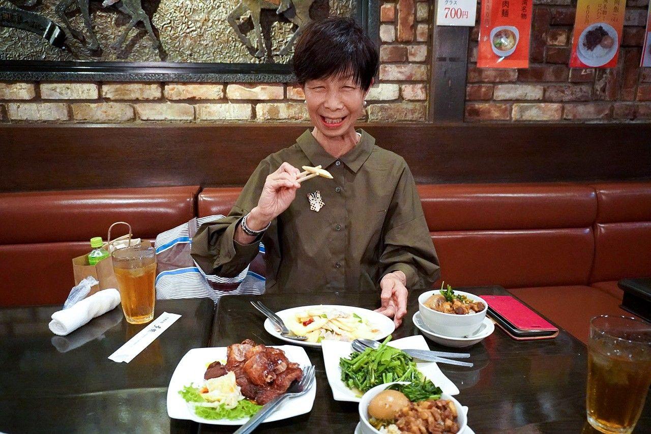 東京新宿の台湾料理レストランで料理を味わう安村美佐子さん(筆者撮影)