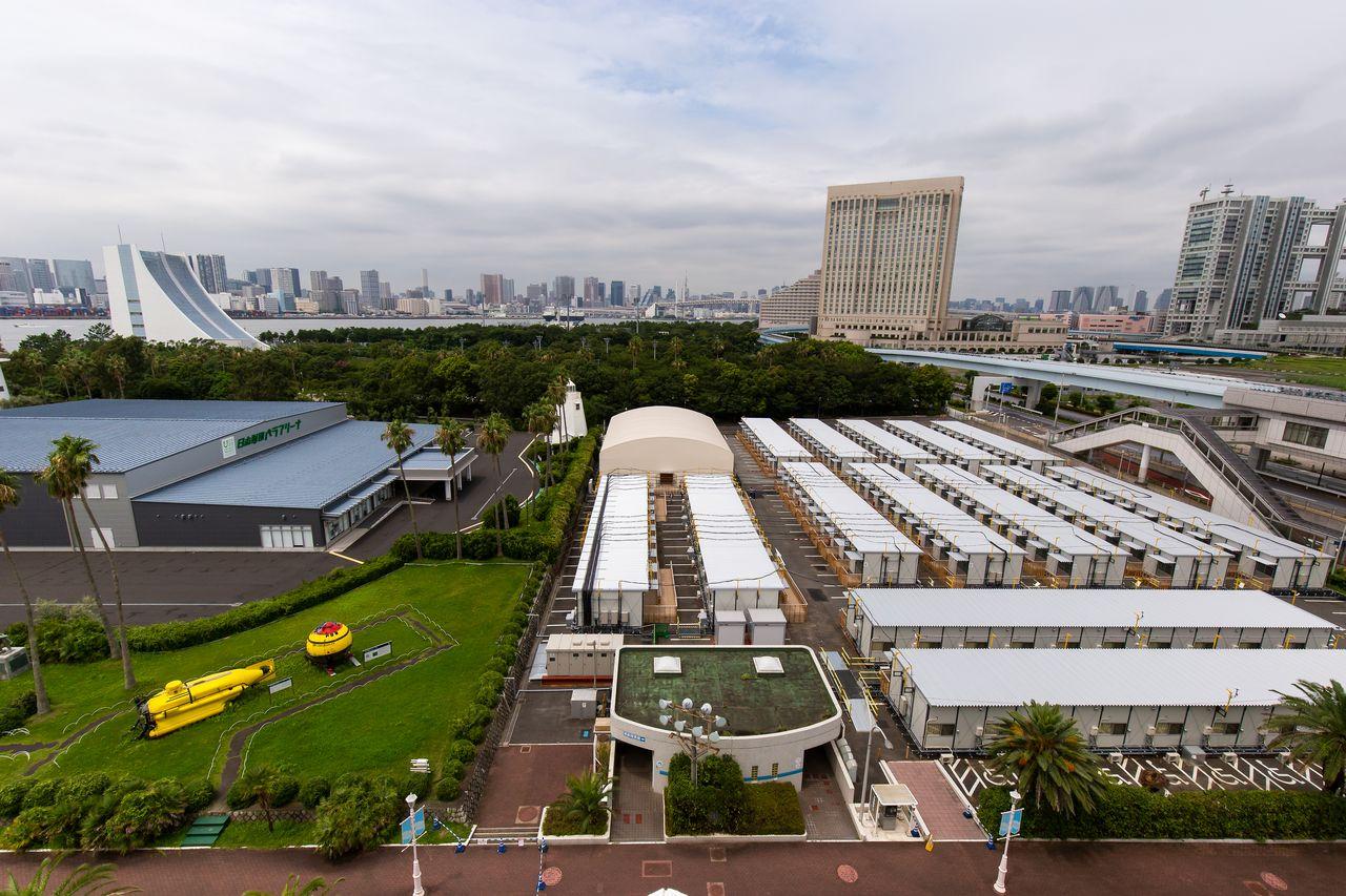 船の科学館屋上から撮影した日本財団災害危機サポートセンター。周りには緑が多い環境で、新交通ゆりかもめ「東京国際クルーズターミナル」駅も目の前だ