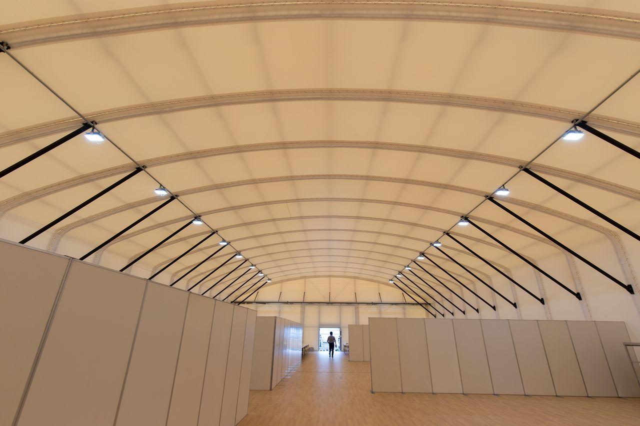 テントは大型台風にも耐える堅固な造りで、空調も完備